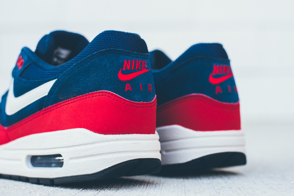 Nike Air Max 1 Université Marine De Minuit Essentielle Mousses Rouges
